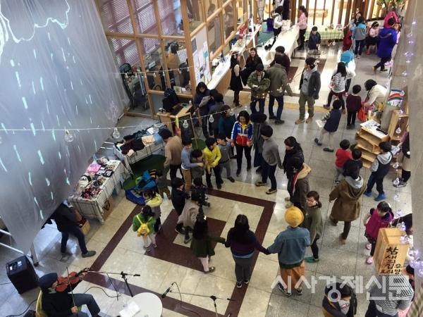 성북구 도서관에 지역예술가와 주민의 힘으로 '우주에서 제일 재미있는 우화극장'이 탄생했다.