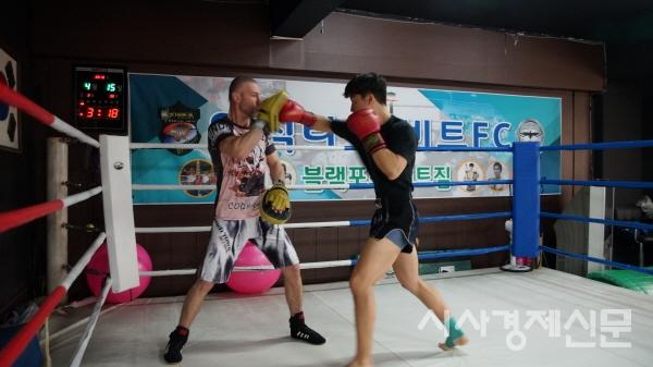 우즈베키스탄 프로복싱 챔피언 출시 네오닉과 한국 챔프 출신 김충현 선수의 미트치기 훈련