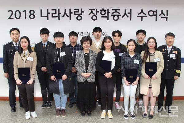 정몽구 재단은 지난 25일 서울시 종로구 계동에 위치한 재단 회의실에서 '2018년도 나라사랑 장학금 전달식'을 개최하고, 순직/공상 경찰 및 소방관 자녀 등 총 152명에게 장학금을 전달했다.