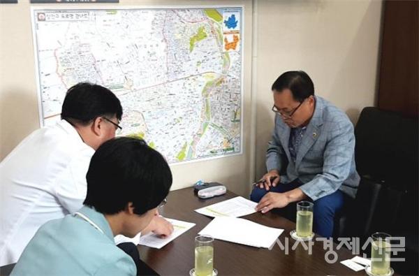 김용연 시의원(사진 오른쪽, 더불어민주당, 강서4)이 서울시서남병원 관계자들과 간담회를 통해 강서 지역 주민들의 의료 접근성 확대 방안을 논의하고 있다.