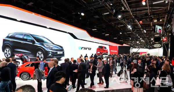 기아자동차는 지난 2일(현지시간) 프랑스 파리 포르트 드 베르사이유 박람회장에서 개막한 '2018 파리 국제 모터쇼'에서 '신형 프로씨드(ProCeed)'를 세계 최초로 선보였다. 사진은 기아차 부스.