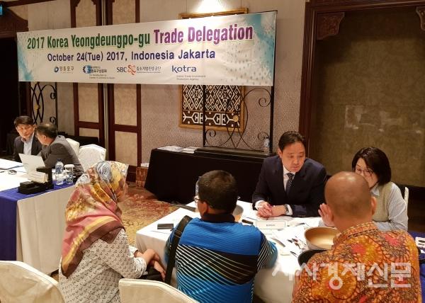 해외시장개척단이 인도네시아 상담장에서 현지 바이어와 수출상담을 하고 있는 모습.