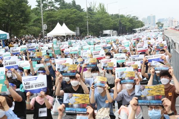 7일 오전부터 집단 휴진 등 단체 행동에 돌입한 전공의들이 이날 오후 2시 서울 여의도공원 앞에서 열린 '젊은 의사 단체 행동'에 참석해 집회를 열고 있다. (사진=김주현 기자)